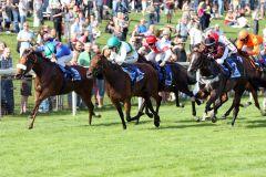 Shining glory (links) mit Adrie de Vries gewinnt vor Prakasa mit Filip Minarik. www.galoppfoto.de