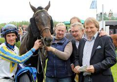 Shining Rules mit Andrasch Starke und Besitzern nach dem Sieg. www.galoppfoto.de - Peter Heinzmann