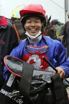 Ein Japaner in Riem; Shiuchi Terachi, Azubi am Stall von Michael Figge, ritt mit Gallardo gleich einen Sieger. www.galoppfoto.de - WiebkeArt