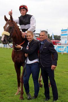 Trainer William Mongil holt seine dreimalige Listensiegerin Si Luna mit Eddy Hardouin vom Geläuf. www.galoppfoto.de - Sabine Brose