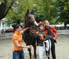 Im siebten Anlauf gelang der erste Sieg: Major Hollow mit Jockey Maxim Pecheur und Trainer Axel Kleinkorres. Foto: Gabriele Suhr