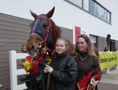 Sieger Il Ticino mit einer strahlenden Trainerin Marion Weber (Foto Suhr)