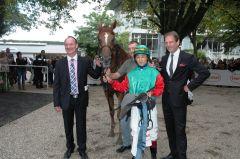 Remino mit Trainer Sascha Smrczek, Jockey Bayarsaikhan Ganbat, Besitzer Daniel Delius. Foto Gabriele Suhr