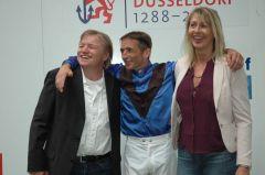 Strahlende GEsichter bei Trainer Andreas Trybuhl und Jockey Andreas Helfenbein. Foto Gabriele Suhr
