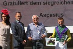 Siegerehrung für den Erfolg mit Aspasius mit Besitzer Wolfgang Heymann (3. v. l.) und Jockey Stephen Hellyn. www.galoppfoto.de - Sarah Bauer