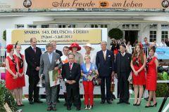 Siegerehrung für den 143. Derbysieger. www.galoppfoto.de - Frank Sorge
