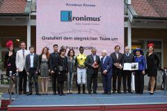 Siegerehrung für die von Andreas Wöhler trainierte Peace Society, die mit Eduardo Pedroza das Kronimus-Rennen für Dr. Christoph Berglar gewinnt. www.galoppfoto.de -  Sarah Bauer