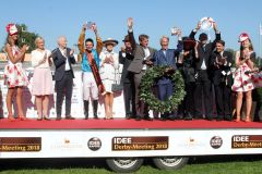 Siegerehrung. Weltstar mit Adrie de Vries gewinnt das IDEE 149. Deutsche Derby. www.galoppfoto.de - Peter Heinzmann