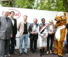 Siegerehrung mit Rennvereinspräsident Peter M. Endres, Andreas Wöhler, Eduardo Pedroza (Foto: Gabriele Suhr)