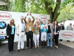 Siegerehrung mit Trainer Andreas Löwe, Jockey Andreas Helfenbein und Besitzergemeinschaft Stall Phillip. Foto: Gabriele Suhr