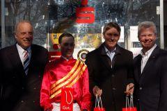 Siegerehrung für den Erfolg mit Schulz im Preis der Sparkasse Mülheim (von links): Rennvereinspräsident Hans-Martin Schlebusch, Jockey Daniele Porcu, Trainer Markus Klug und Martin Weck, Vorstandsvorsitzender der Sparkasse Mülheim an der Ruhr. www.muelheim-galopp.de - Redaktion MSPW