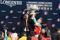 Siegerehrung für den Sieg mit Ambitious Dragon in der Longines Hong Kong Mile. www.galoppfoto.de - Frank Sorge