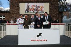 Siegerehrung für den Sieg von Kimberley's Dream mit Dennis Schiergen und Besitzer Frank Brieskorn (rechts). www.galoppfoto.de - Frank Sorge