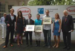 Siegerehrung für Wellkantos Erfolg mit Trainer Paul Harley (3. v. l.), Jockey Stephen Hellyn und Röttgens Gestütsleiter Frank Dorff (5. v. l.). Foto: Gabriele Suhr