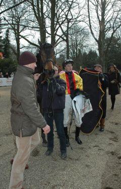 Daring Star mit Trainer Jens Hirschberger und Jockey Koen Clijmans. Foto: Gabriele Suhr