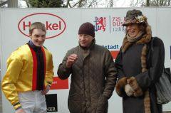 Jockey Koen Clijmans mit Trainer Jens Hirschberger und Frau Helga Endres. Foto: Gabriele Suhr