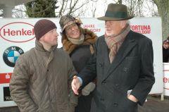 Trainer Jens Hirschberger mit dem Ehepaar Helga und Peter M. Endres (Gestüt Auenquelle). Foto: Gabriele Suhr