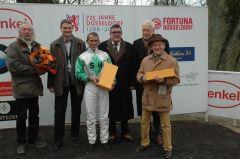 Siegerehrung mit Jockey Terence Hellier, Trainer Bruce Hellier, Rennvereinspräsident Peter M. Endres. Foto: Gabriele Suhr