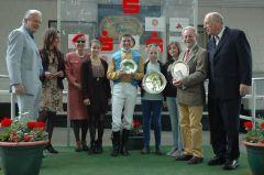 Siegerehrung mit Jockey Jozef Bojko, Trainer Bruce Hellier und RV-Präsident Hans Martin Schlebusch. Foto Gabriele Suhr