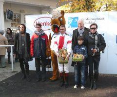 Siegerehrung mit Jockey Terence Hellier und Rennvereinspräsident Peter M. Endres (Foto G. Suhr)