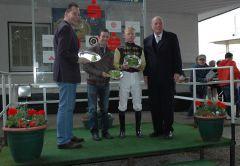 Siegerehrung mit Trainer Paul Harley, Jockey Filip Minarik und RV Präsident Hans Martisch Schlebusch. Foto Gabriele Suhr