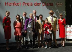 Siegerehrung mit Jockey Filip Minarik, Trainer Peter Schiergen. Foto Gabriele Suhr