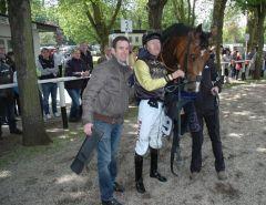 Siegerin Nevada mit Trainer Paul Harley und Jockey Filip Minarik. Foto Gabriele Suhr