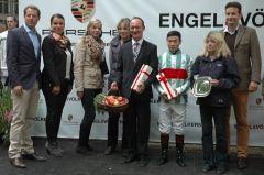 Siegerehrung mit Trainr Sascha Smrczek, Jockey Bayarsaikhan Ganbat. Foto Gabriele Suhr