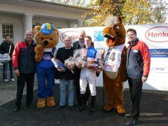 Siegerehrung mit Jockey Koen Clijmans und Rennvereinspräsident Peter M. Endres (Foto G. Suhr)