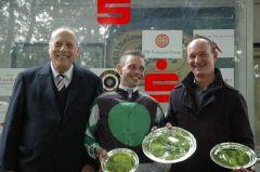 Siegerehrung mit RV Präsident Han Martin Schlebusch, Jockey Miguel Lopez und Trainer Sascha Smrczek. Foto Gabriele Suhr