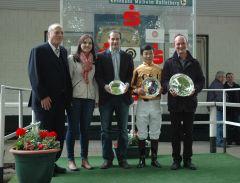 Siegerehrung mit RV Präsident Hans Martin Schlebusch, Lena Gödde, Bes. Christian Jungfleisch, Jockey B. Ganbat, Trainer Sascha Smrczek. Foto Gabriele Suhr
