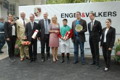Siegerehrung mit Trainer Sascha Smrczek, Jockey Bayarsaikhan Ganbat, Besitzer Daniel Delius. Foto Gabriele Suhr