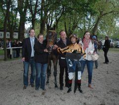 Siempre Manduro mit Bes. Chrisitian Jungleisch, Trainer Sascha Smrczek, Lena Gödde und Jockey B. Ganbat. Foto Gabriele Suhr