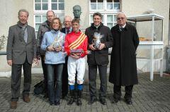 Siegerehrung mit Besitzer Thomas Schäffer, Andreas Helfenbein, Markus Klug. Foto: Gabriele Suhr