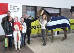 Siegerehrung mit Pferd. Heike Roasenbach, Rebecca Schumacher, Reinhard Ording, Laura Rosenbach (Foto Suhr)