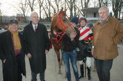 Der Sieger Baarusch mit Trainer Etürk Kurdu, Besitzer Albrecht Woeste und Jockey Koen Clijmans. Foto: Gabriele Suhr