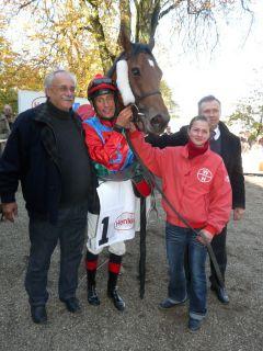 Sieger Lavallo mit Jockey Alexander Pietsch, Besitzer W. Bartel und Trainer Waldemar Hickst (Foto G. Suhr)