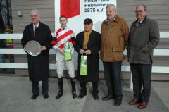 Siegerehrung mit Besitzer Albrecht Woeste, Jockey Koen Clijmans, Trainer Ertürk Kurdu, Rennvereinspräsident Jan A. Vogel. Foto: Gabriele Suhr