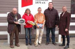 Siegerehrung mit Besitzergemeinschaft Stall Kurzer Kopf, Marion Rotering, Kevin Braye, Reinhard Ording. Foto Gabriele Suhr