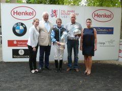 Siegerehrung mit Norbert Böhm vom Düsseldorfer Rennverein, Jockey Andrasch Starke. Foto Gabriele Suhr