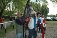 It's A Privilege mit Trainer P.G. van Kempen (verdeckt) und Jockey Daniele Porcu. Foto Gabriele Suhr
