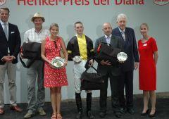 Siegerehrung mit Jockey Koen Clijmans, Trainer Jens Hirschberger, Präsident Peter M. Endres. Foto: Gabriele Suhr