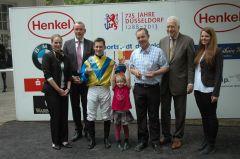 Siegerehrung mit Jockey Mirco Demuro. Foto Gabriele Suhr