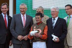 Siegerehrung mit Baden Racing-Präsident Andreas Jacobs (l.), Jockey Wladimir Panov und Trainer Hans-Jürgen Gröschel (4.v.l.) mit den Sponsoren von der Sparkassen Finanzgruppe. www.galoppfoto.de - Sarah Bauer