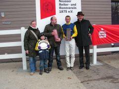 Frau Bastiaens-van Cauwenberg mit Ehemann, Henk Grewe, Jan Vogel, Präsiden Neußer Reiter- und Rennverein (Foto: Gabriele Suhr),