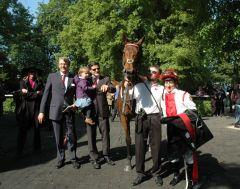 Siegerin Calyxa mit Besitzertrainer Ferdinand J. Leve, Jockey Norman Richter. Foto Gabriele Suhr