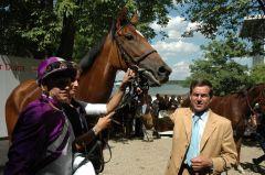 Siegerin Nocturne mit Jockey Filip Minarik und Trainer Peter Schiergen. Foto Gabriele Suhr