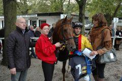 Turfmaid mit Trainer Jens Hirschberger (links), Stephen Hellyn und Helga Endres vom Gestüt Auenquelle. Foto: Gabriele Suhr