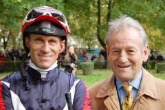 Vater und Sohn standen nach dem Sieg von Vanessa's Sue gemeinsam auf dem Siegerpodest: Bruce und Terence Hellier. www.muelheim-galopp.de | Redaktion MSPW