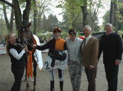 Amaron mit Fabien Lefebvre, Besitzerpaar Gerd Mosca und Inge Zäpfel vom Gestüt Winterhauch, Andreas Löwe. Foto: Gabriele Suhr